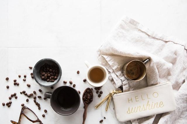おしゃれなテーブルとコーヒー