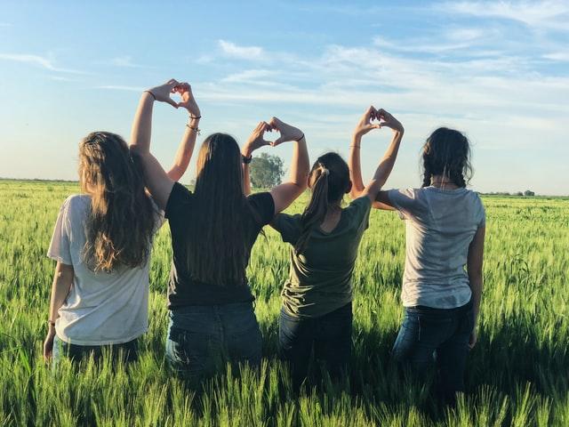 女友達と草原で遊ぶ