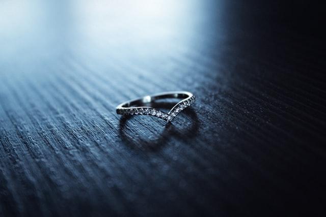 置かれた結婚指輪